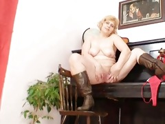 dilettante older mommy widens powerful cunt
