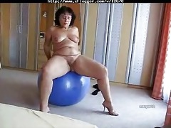 fat older can to play with the ball