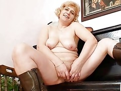 non-professional older mama widens beefy twat