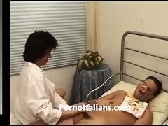 dottoressa matura italiana succhia cazzone per